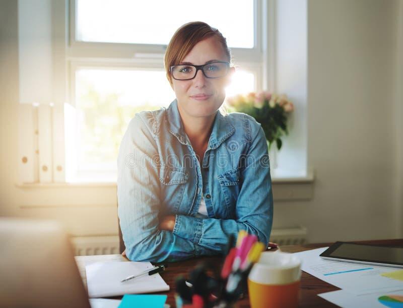 Lyckad affärskvinna som arbetar på kontoret fotografering för bildbyråer