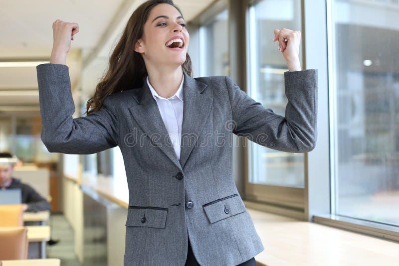 Lyckad affärskvinna som direktanslutet arbetar på en bärbar dator arkivfoton