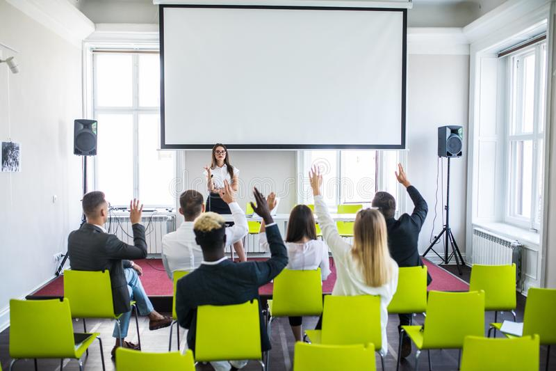 Lyckad affärskvinna som ger presentation till affärslaget Kvinnligceo-ledare som arbeta som privatlärare åt undervisning på föret royaltyfria bilder