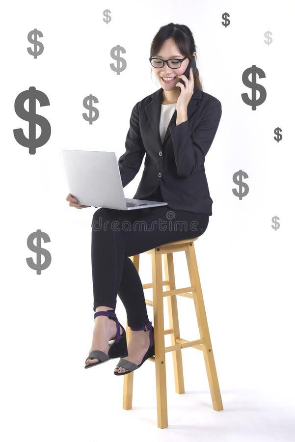 Lyckad affärskvinnaleende och jätteglat därför att framgång i det nya projektet på vit dollarbakgrund arkivbild