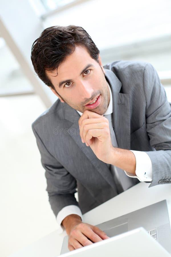 Lyckad affärsman med bärbar dator royaltyfri bild