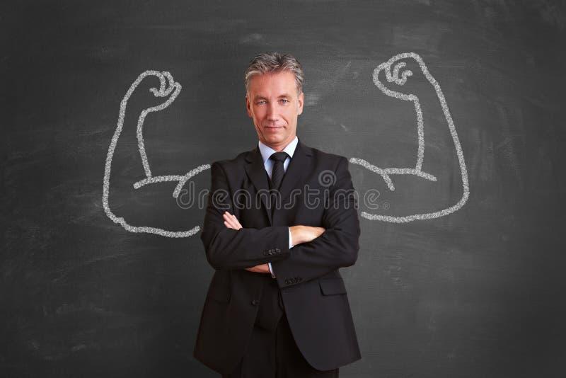 Lyckad affärsman med kritamuskler arkivfoton