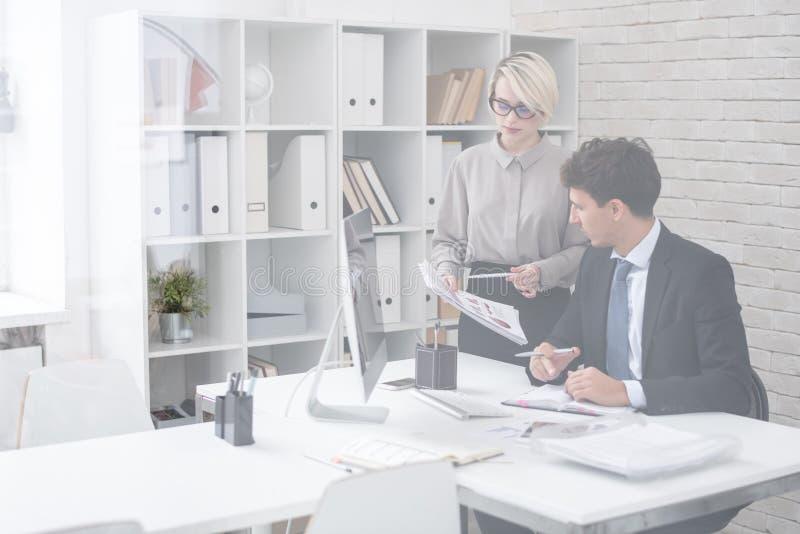 Lyckad affärsman med sekreteraren arkivbild