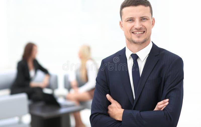 Lyckad affärsman på suddigt bakgrundskontor royaltyfri bild