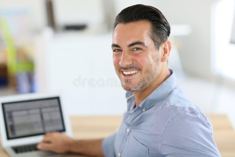 Lyckad affärsman som är lycklig royaltyfri bild