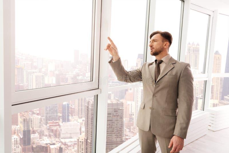 Lyckad affärsman som använder den faktiska skärmen i kontoret royaltyfri foto