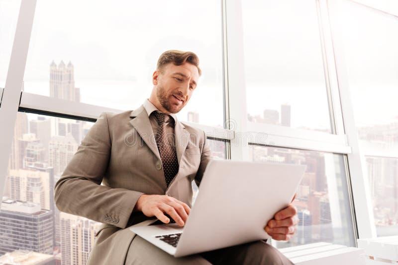 Lyckad affärsman som arbetar i kontoret royaltyfri fotografi