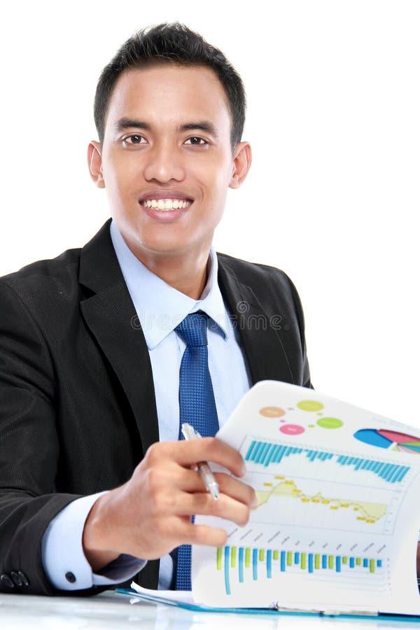 Lyckad affärsman som arbetar på rapport royaltyfri bild