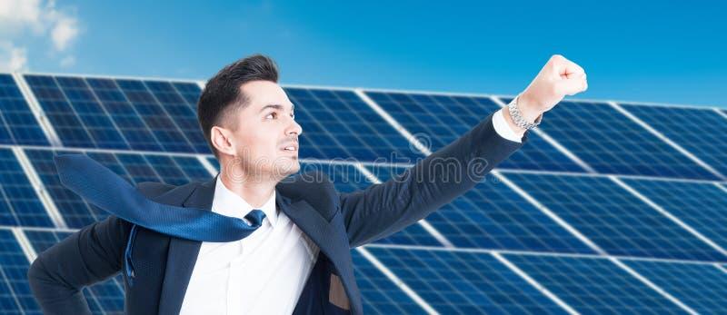 Lyckad affärsman som flyger över photovoltaic installation arkivbilder