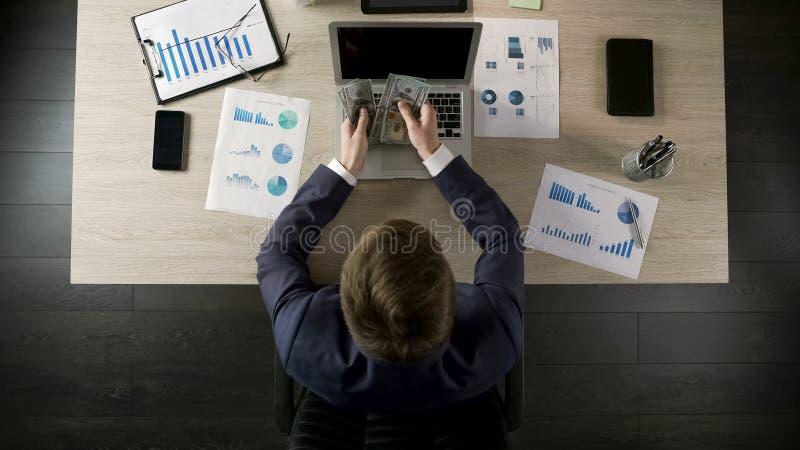 Lyckad affärsman som räknar pengar, inkomst från den inbringande affären, bästa sikt arkivfoto