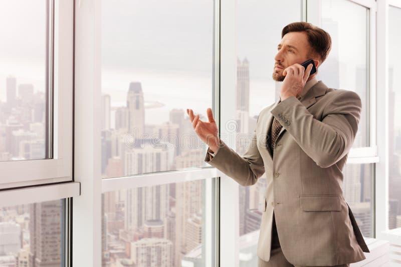 Lyckad affärsman som talar på smartphonen arkivfoton