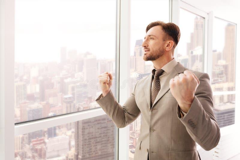 Lyckad affärsman som uttrycker förtroende i kontoret arkivbilder