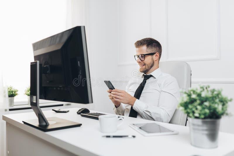 Lyckad aff?rsman som arbetar i hans kontor royaltyfri fotografi