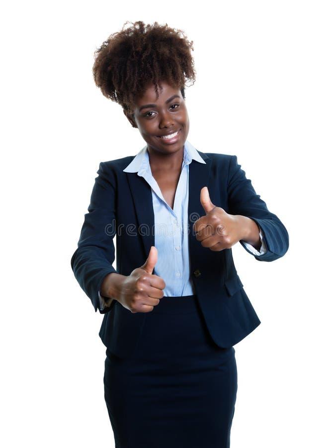 Lyckad afrikansk amerikanaffärskvinna som visar båda tummar u royaltyfri fotografi