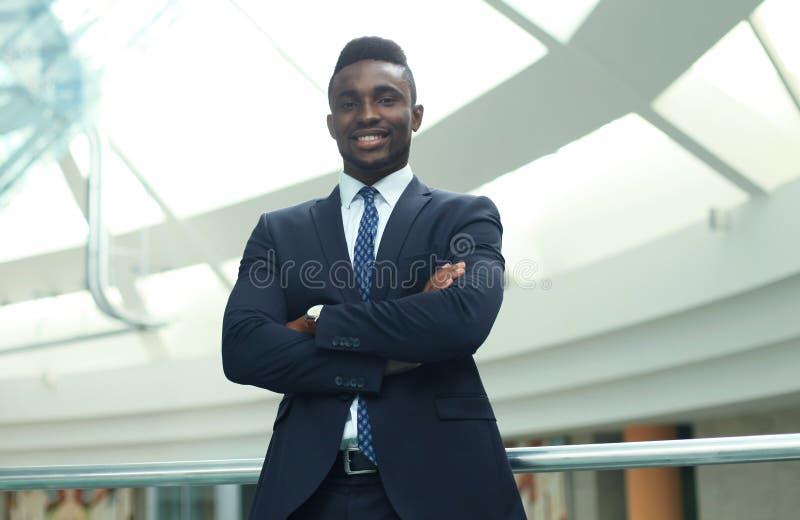 Lyckad afrikansk amerikanaffärsmanaffärsman som i regeringsställning står arkivfoto