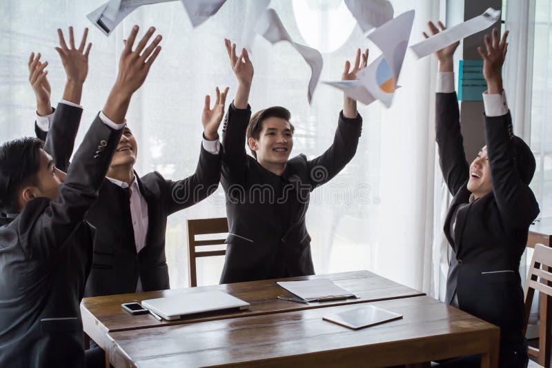 Lyckad asia affärsgrupp som firar på kontoret arkivfoto