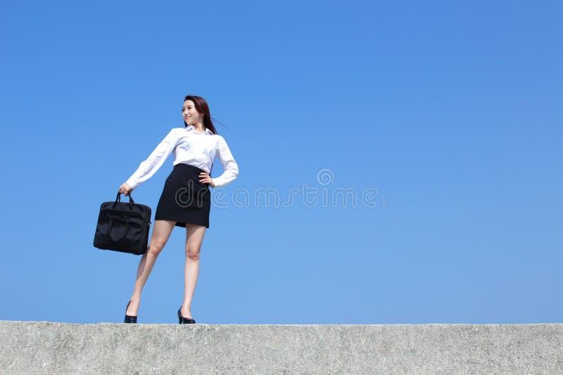 Lyckad blick för affärskvinna royaltyfri fotografi