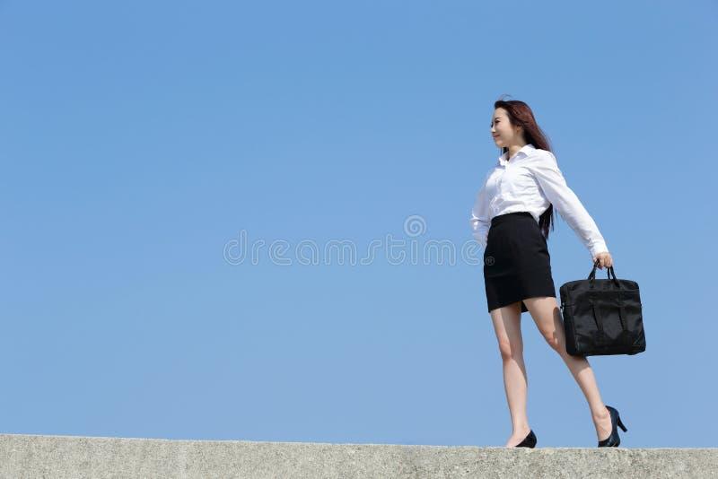Lyckad blick för affärskvinna arkivbild