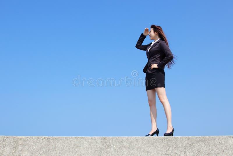 Lyckad blick för affärskvinna royaltyfri bild