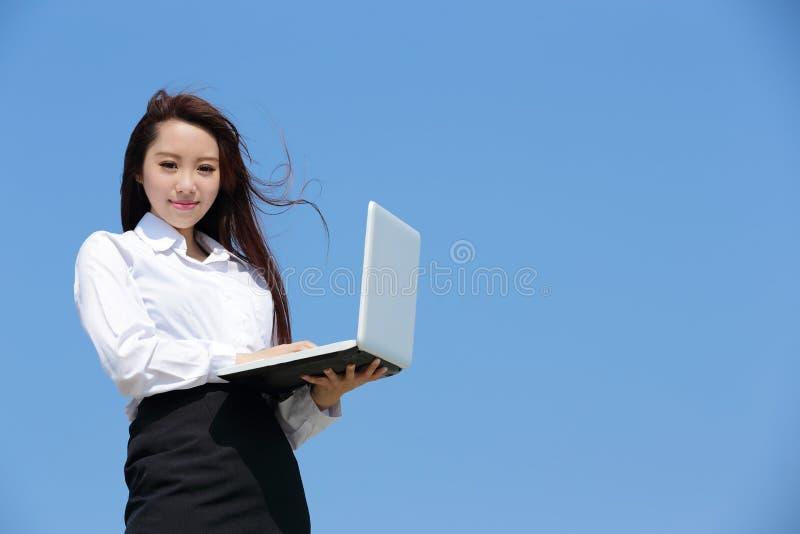 Lyckad blick för affärskvinna royaltyfri foto