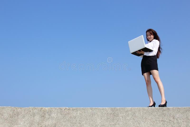 Lyckad blick för affärskvinna royaltyfria foton