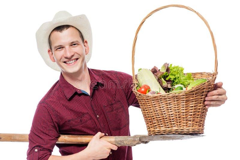 Lyckad bonde med en skörd av grönsaker i studion royaltyfria foton