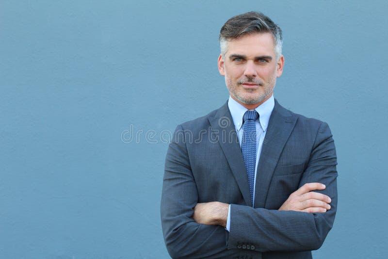 Lyckad Caucasian elegant affärsman med korsade armar arkivbilder