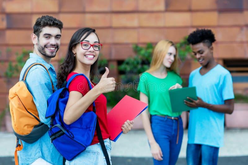 Lyckad caucasian man och nerdy kvinnlig student royaltyfria bilder