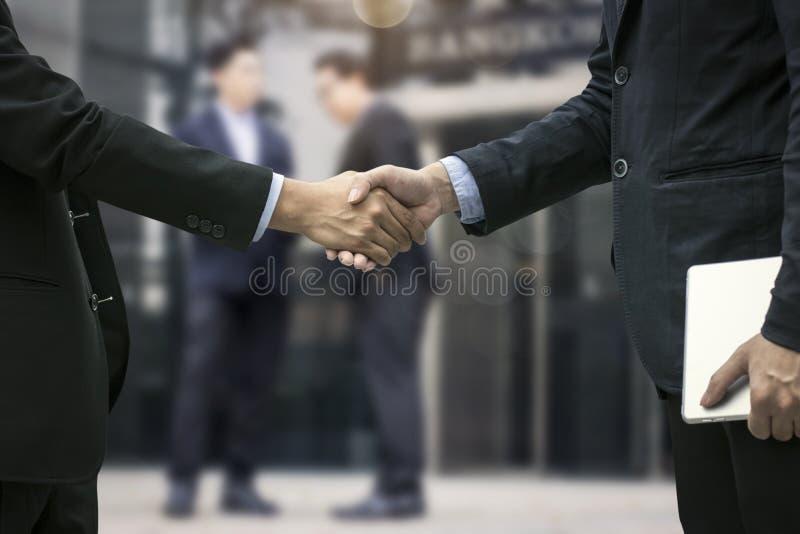 Lyckad förhandla affärsidé, övre hand för slut av busine royaltyfria foton