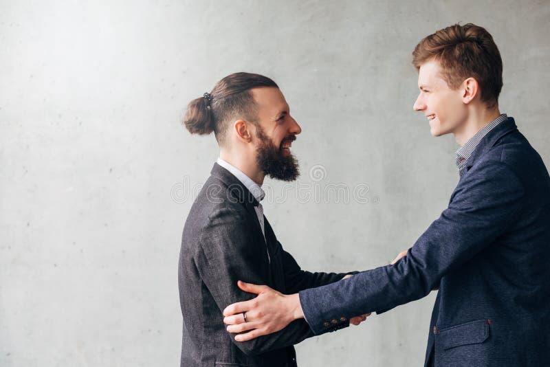 Lyckad förhandlingaffärspartnerhandskakning royaltyfri fotografi