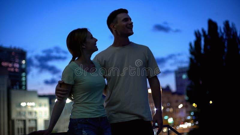 Lyckad framtid för ung familjeplanering tillsammans, ömsesidig service, överenskommelse royaltyfri bild