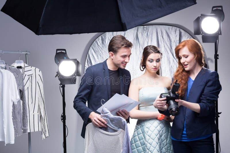 Lyckad glamourperiod i en yrkesmässig studio arkivbilder