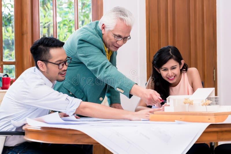Lyckad hög arkitekt som gratuleras av hans kollegor royaltyfria bilder