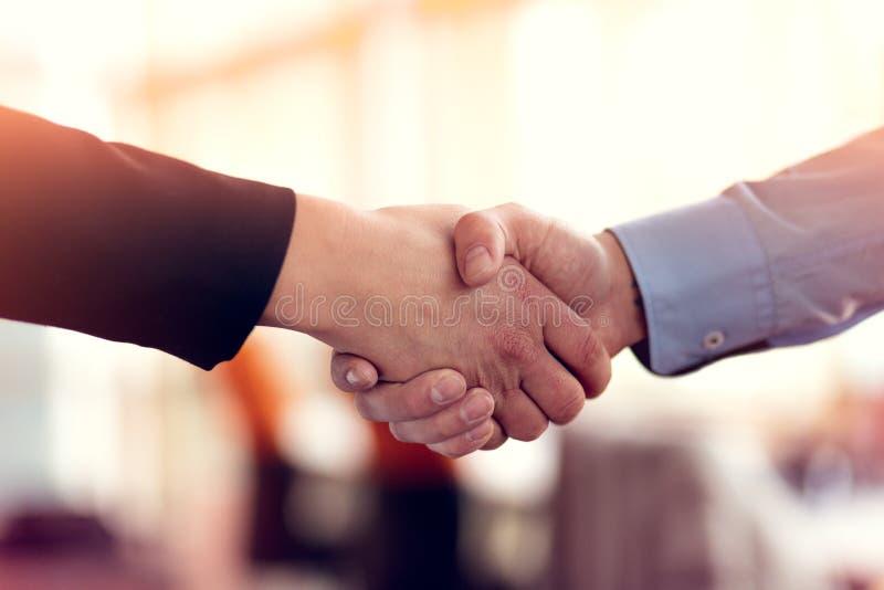 Lyckad handshaking för affärsfolk som stänger ett avtal arkivbild
