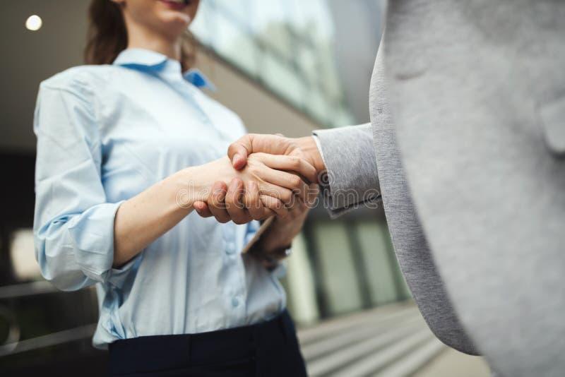 Lyckad handshaking för affärsfolk som stänger ett avtal arkivfoton