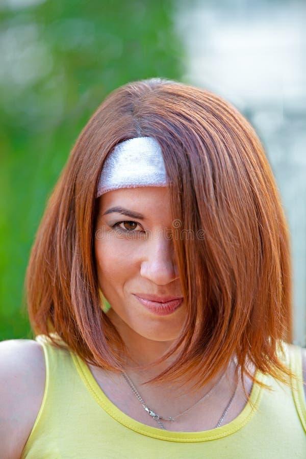 Lyckad idrottskvinna med racket på tennisbanan Sund livsstil royaltyfria bilder