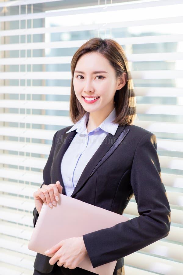 lyckad kvinna f?r asiatisk aff?r royaltyfri foto