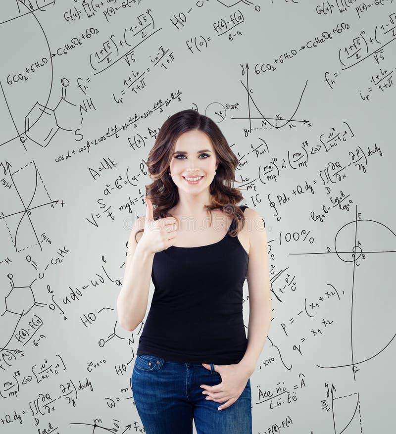 Lyckad kvinnaforskareFemale student som lär vetenskap och visar upp tummen arkivbilder