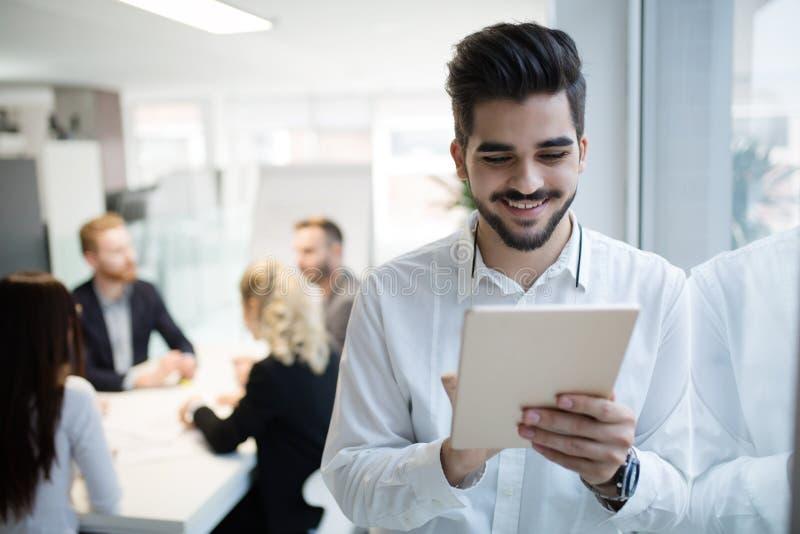 Lyckad lycklig arbetare i informationsteknikbransch royaltyfria bilder