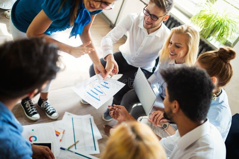 Lyckad lycklig grupp m?nniskor som l?r programvaruteknik och aff?r under presentation arkivfoton