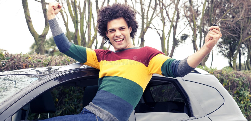 Lyckad man som är lycklig om den nya bilen royaltyfri foto