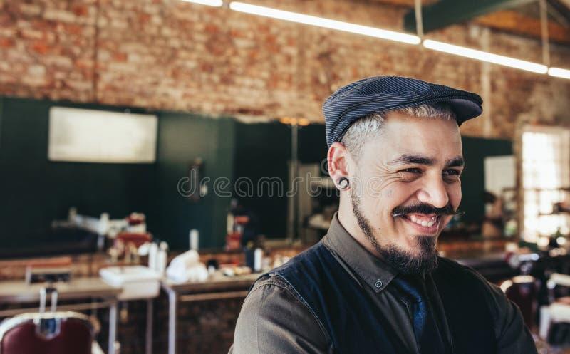 Lyckad manlig barberare med locket arkivfoto
