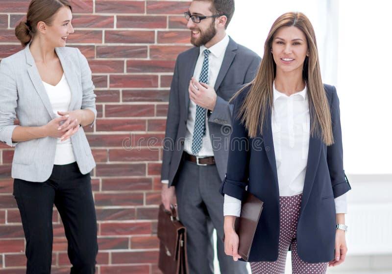 Lyckad modern aff?rskvinna i hennes kontor royaltyfria foton
