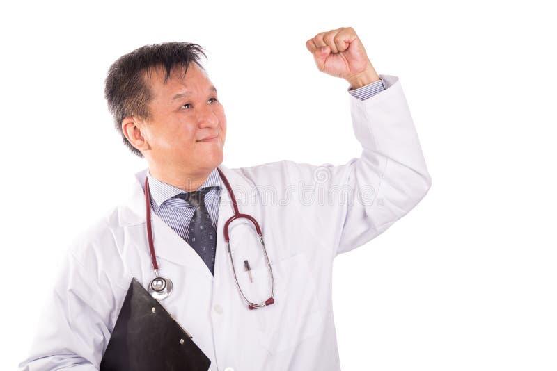 Lyckad mognad asiatisk fröjd för medicinsk doktor med lyftta mummel royaltyfri fotografi
