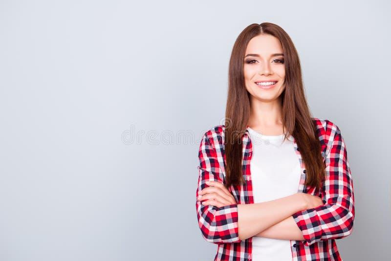 Lyckad och säker ung brunettdam som står med cros arkivbild