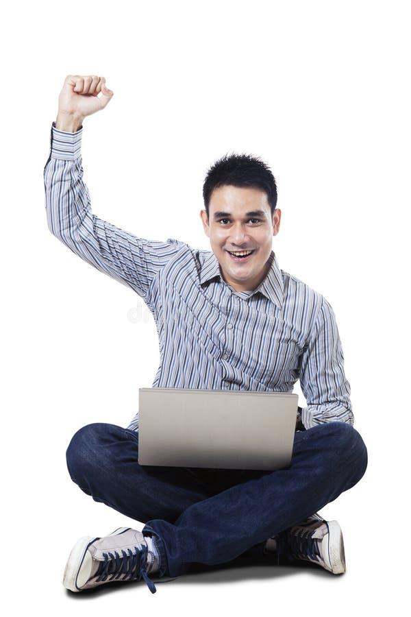 Lyckad online-man med bärbara datorn royaltyfria bilder