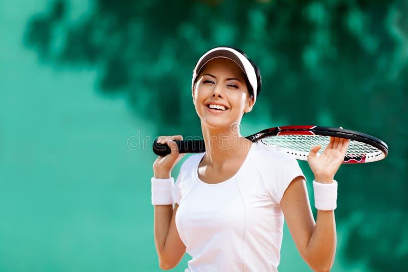 Lyckad sportswoman med racket royaltyfri foto