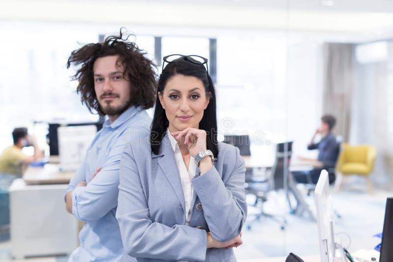 lyckad stående för affärsfolk arkivfoton