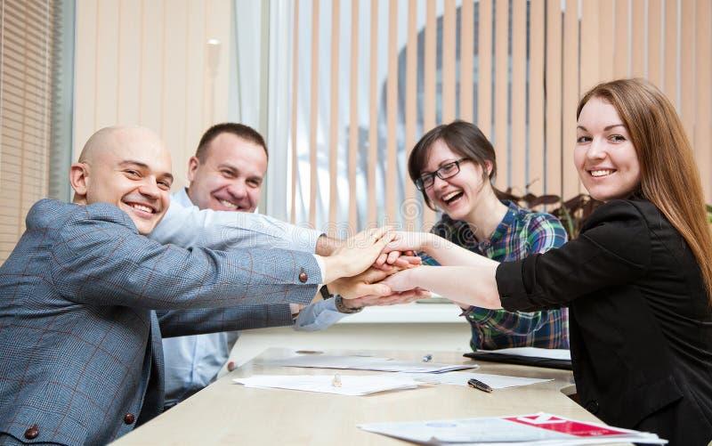 Lyckad teamwork - closeupskott royaltyfri fotografi