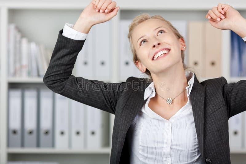 Lyckad ung affärskvinna In Office royaltyfri bild